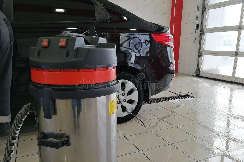 Dammsugare som är industriell på en biltvätt arkivfoto