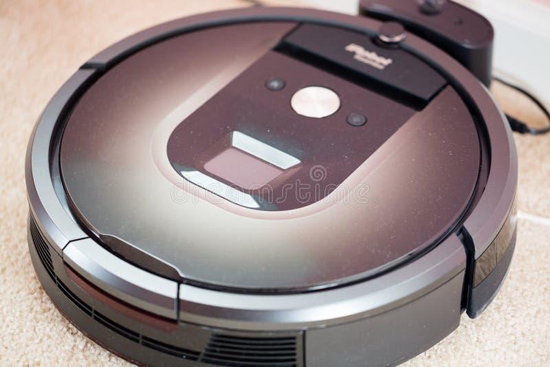 Dammsugarerobot Denna är modellen Roomba 980 fotografering för bildbyråer