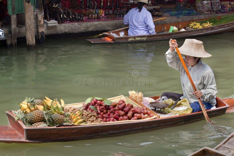 Damnoen Saduak att sväva marknadsför - Thailand arkivbilder