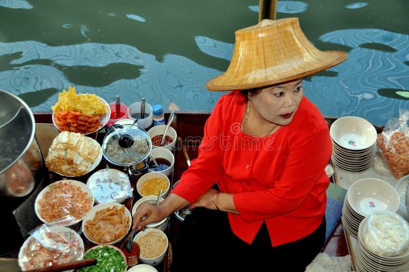 Damnoen Saduak, Tailândia: Vendedor de flutuação do mercado foto de stock royalty free