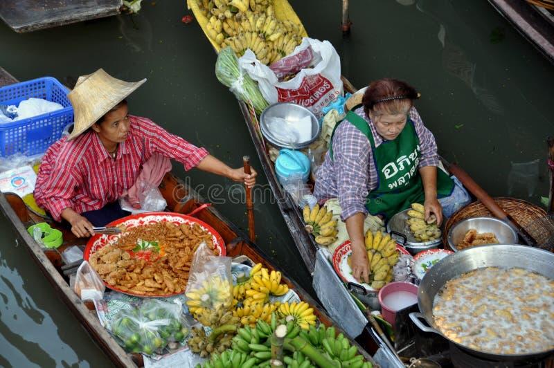 Damnoen Saduak, Tailândia: Vendedores de flutuação do mercado imagem de stock