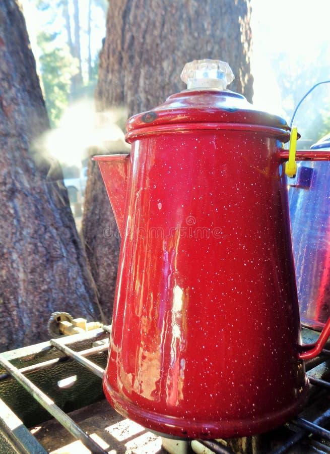 Dampf, der von einem Topf Kaffee filtrierend auf einem Lager-Ofen steigt lizenzfreie stockfotografie