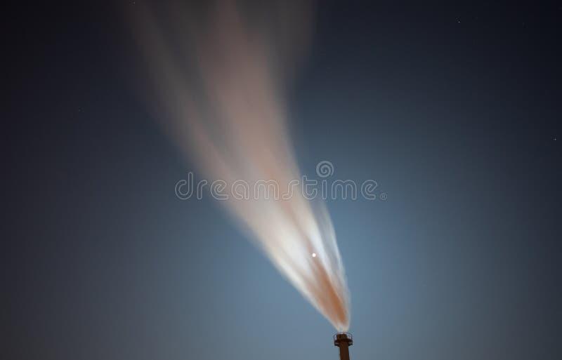 Dampf des Kraftwerks im Himmel lizenzfreie stockbilder