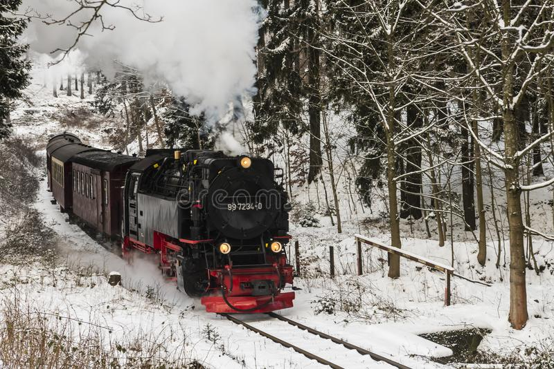 Dampf-Lokomotive im Winter mit Schnee stockfotografie