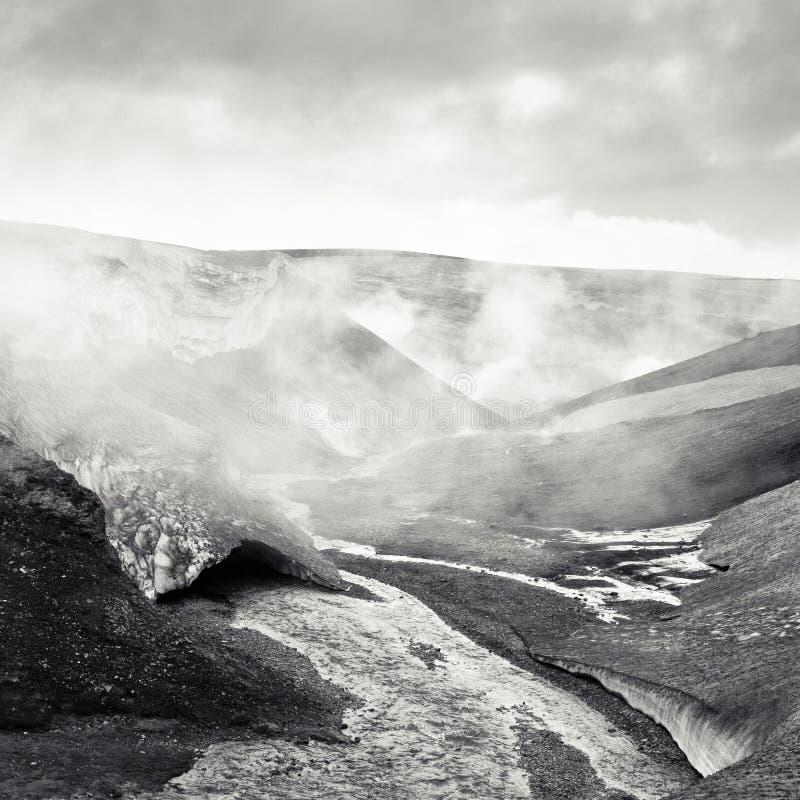 Dampf steigt vom geothermischen Wasser in Island stockfoto