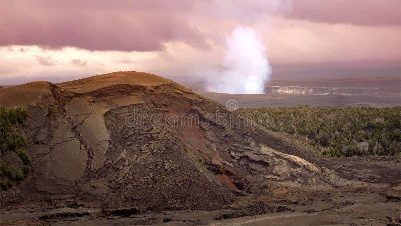 Dampf und Rauch, die vom aktiven Halemaumau-Krater in Volc steigen lizenzfreies stockfoto