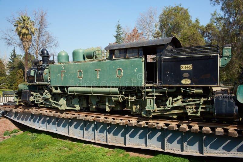 Dampf-Zug auf Drehscheibe lizenzfreie stockbilder