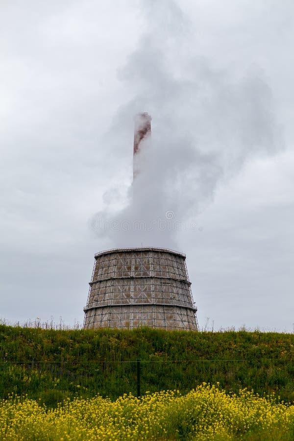 Dampfender Betriebskühlturm stockbilder