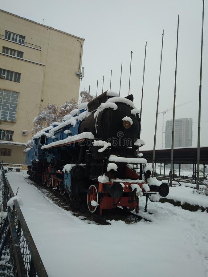Dampflokomotive unter dem Schnee stockfotografie