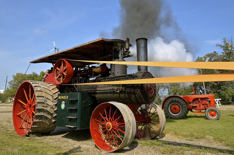 Dampfmaschine, die schwarzen Rauch durchbrennt stockfotografie