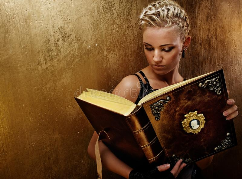 Dampfpunkmädchen mit einem Buch. lizenzfreies stockbild