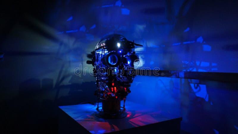 Dampfpunkmetallroboterkopf mit breitem Bild des blauen Hintergrundes stockbilder