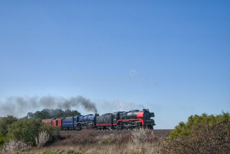 Dampfzug, der durch Riddells Creek Victoria Australia beschleunigt lizenzfreie stockfotografie