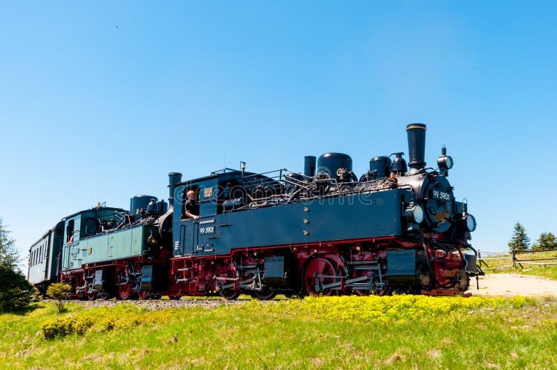 Dampfzug, der zu Brocken-Bahnstation kommt lizenzfreie stockfotos
