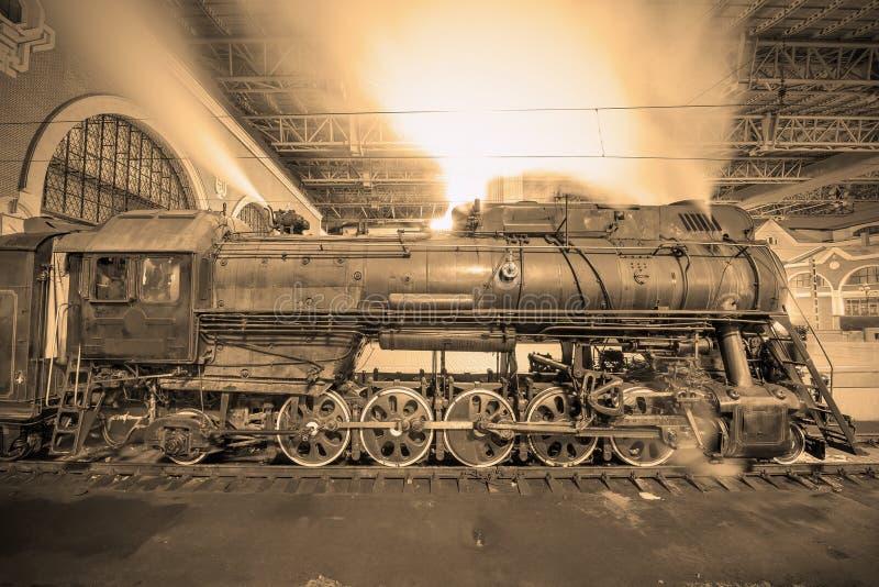 Dampfzug kommt zur Station in der Nacht an lizenzfreie stockfotos