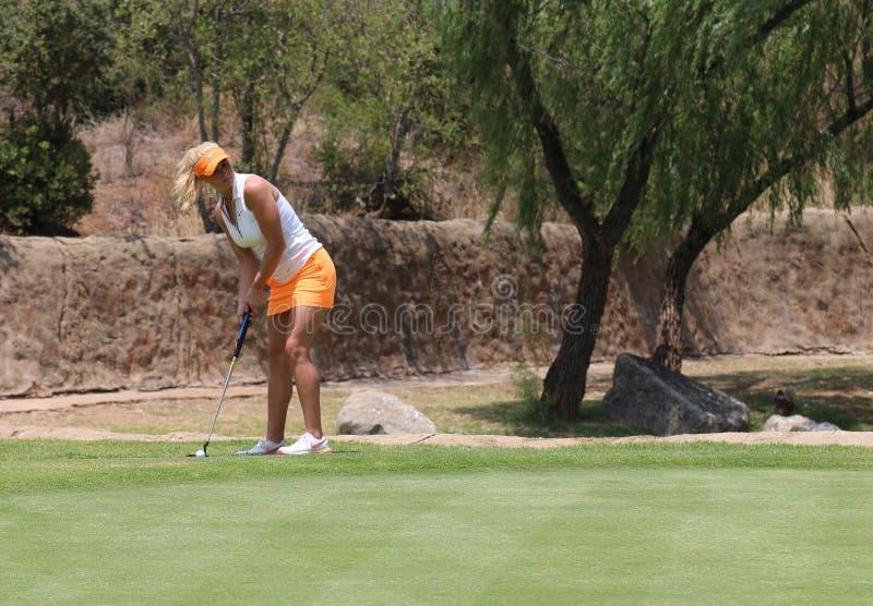 Dampro-golfare Carly Booth som förbereder det länge satta skottet på Novembe royaltyfri bild