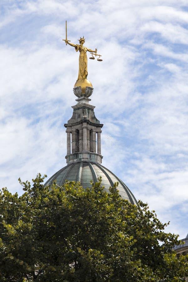 Damrättvisa Statue på den gamla borggården i London royaltyfria foton