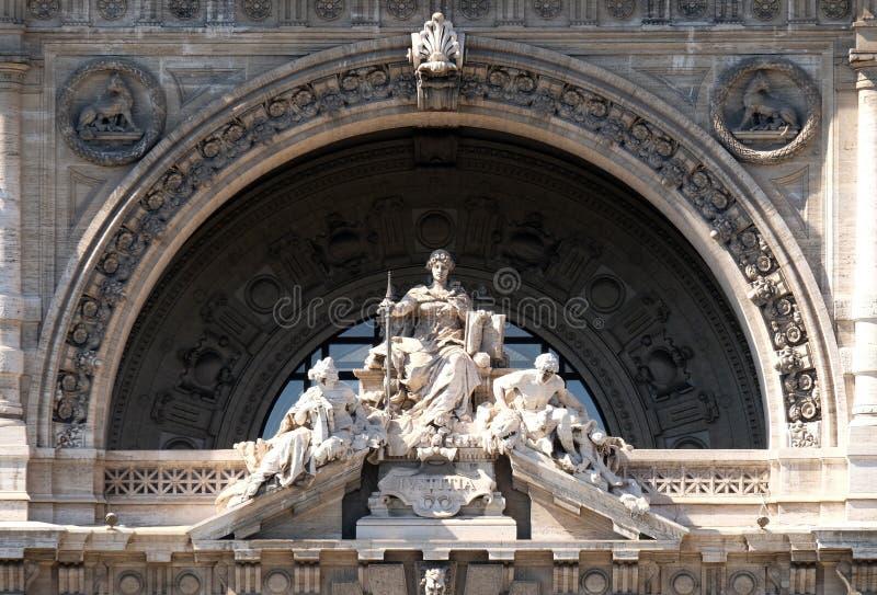 Damrättvisa Statue på slott av JusticePalazzo di Giustizia, plats av högsta domstolen av upphävande, Rome royaltyfria bilder