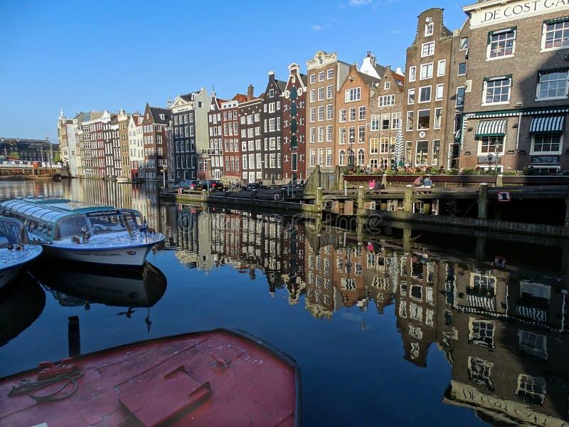 Damrak Holland i eftermiddagen av vårsäsongen royaltyfria foton