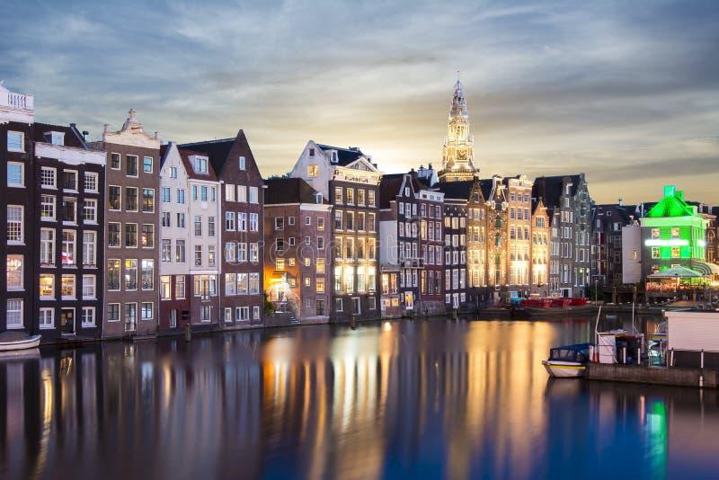 Damrak kanal på soluppgång, Amsterdam, Nederländerna royaltyfri fotografi