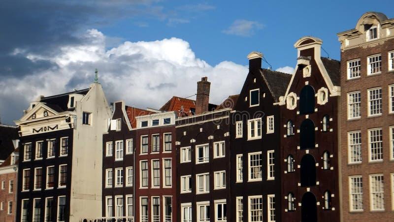 Damrak-Straße in Amsterdam stockfotos