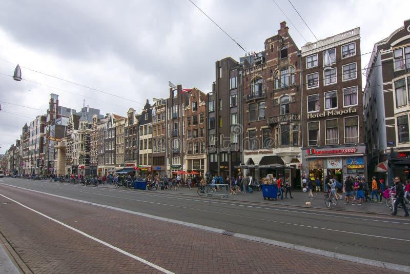 Damrak - via centrale di Amsterdam, Paesi Bassi fotografie stock