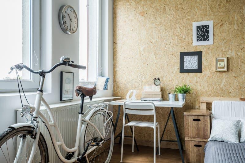 Dams cykel i modern inre royaltyfri fotografi