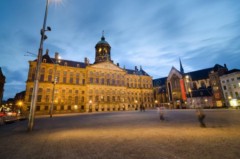Damvierkant met een mening van Royal Palace en Nieuwe Kerk i stock foto's