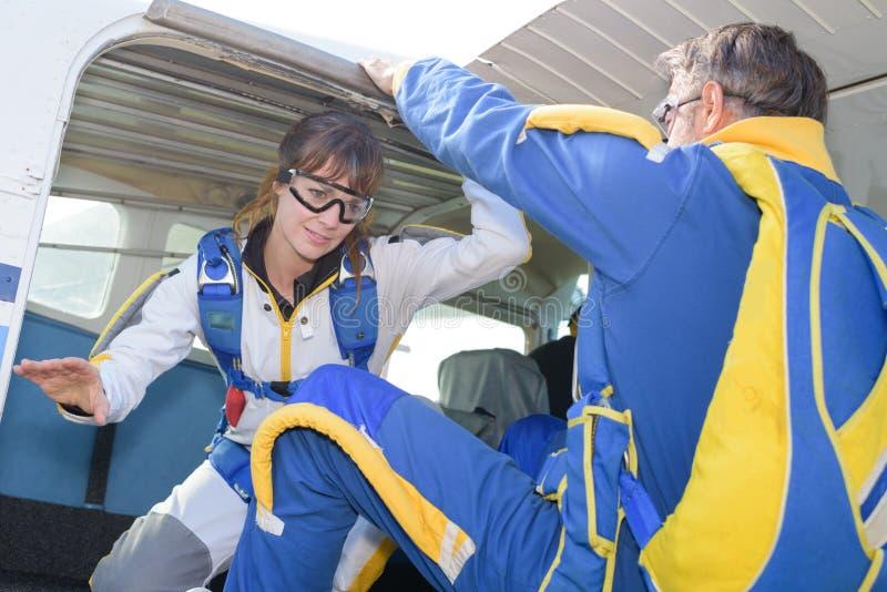 Damy ćwiczy wyjście od samolotu dla skydive obraz royalty free