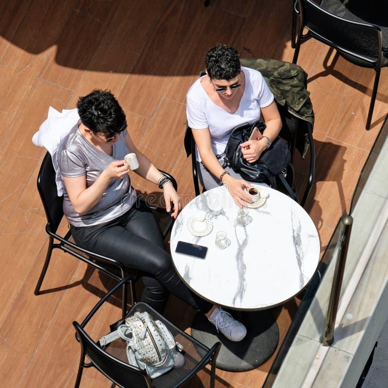 Damy cieszy się kawę w Istanbuł zdjęcia stock