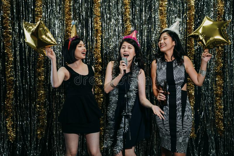 Damy cieszy się muzykę w karaoke przyjęciu zdjęcia royalty free