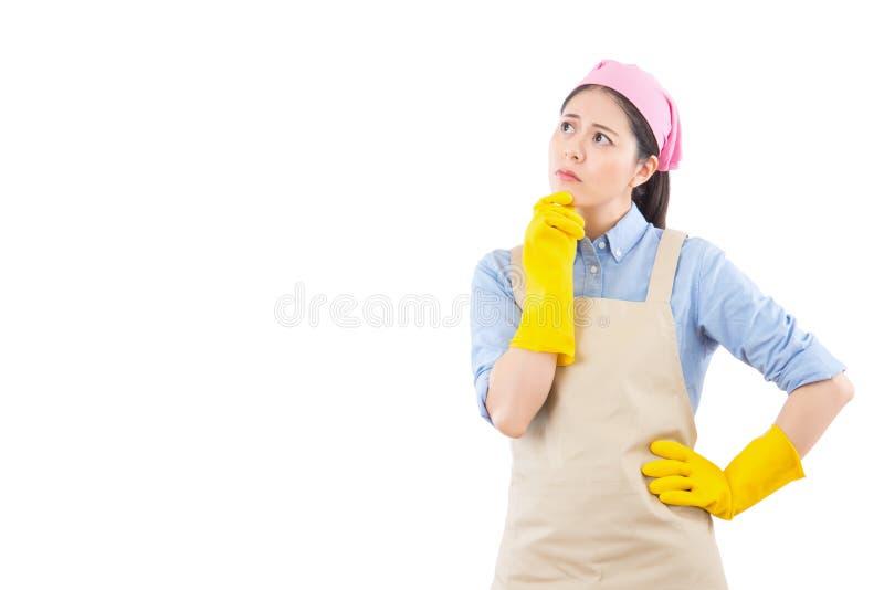 Damy cleaning myśląca kobieta patrzeje zadumany zdjęcia stock