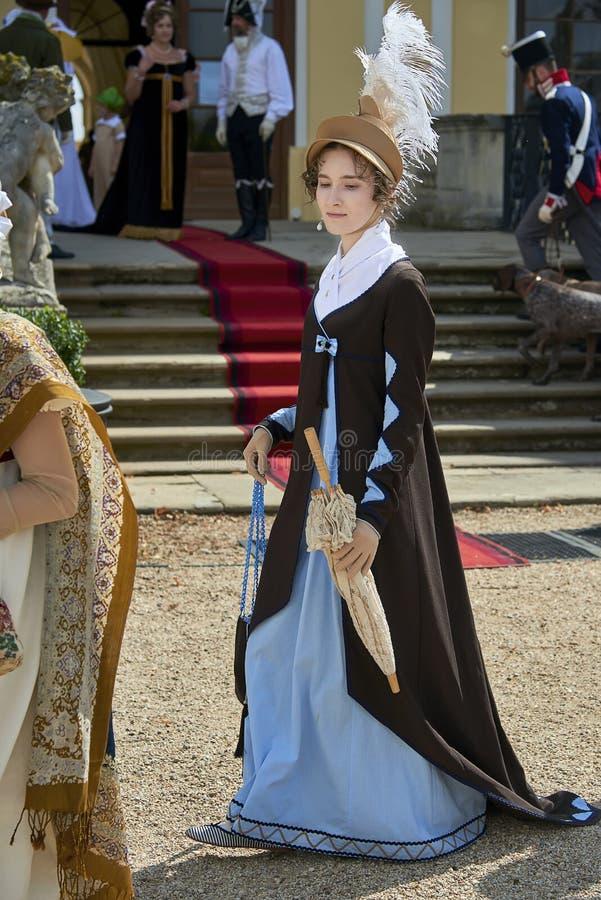 Damy i dżentelmeny w dziejowych kostiumach od Napoleon Bonaparte epoki spacer w parku zdjęcie royalty free