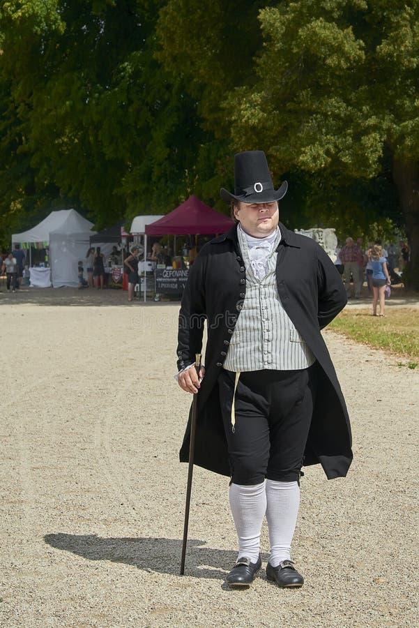 Damy i dżentelmeny w dziejowych kostiumach od Napoleon Bonaparte epoki spacer w parku obrazy stock