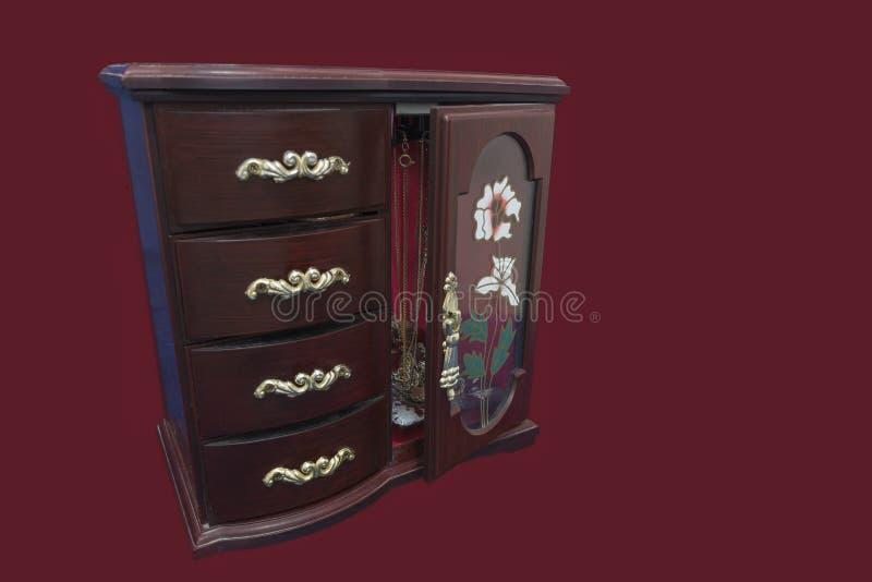 Damy Jewellery Mahoniowy pudełko Odizolowywający na czerwonym aksamitnym tle obraz stock