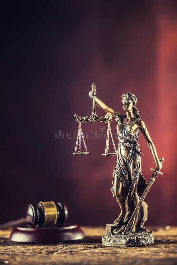 Damy Justicia mienia kordzik i skali brązowa figurka z sędzią obraz royalty free