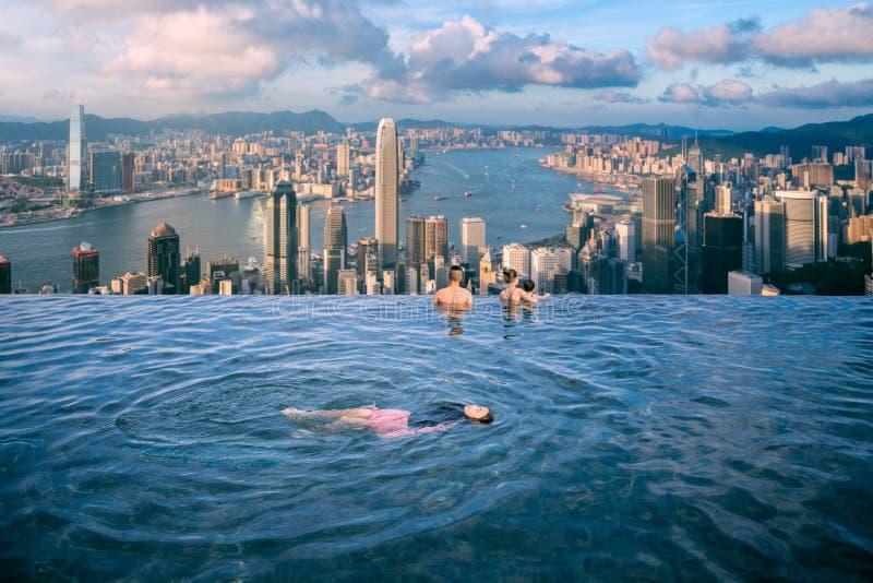 Damy pływanie w korzenia wierzchołka pływackim basenie w luksusowym hotelu obrazy stock