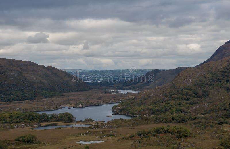 Damy przeglądają jeden najlepszy panoramy w Irlandia zdjęcia stock