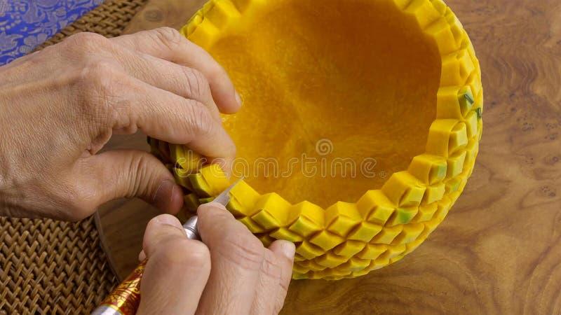 Damy ręka wykonuje ręcznie bani w kwiecistym wzorze tajski styl zdjęcie stock