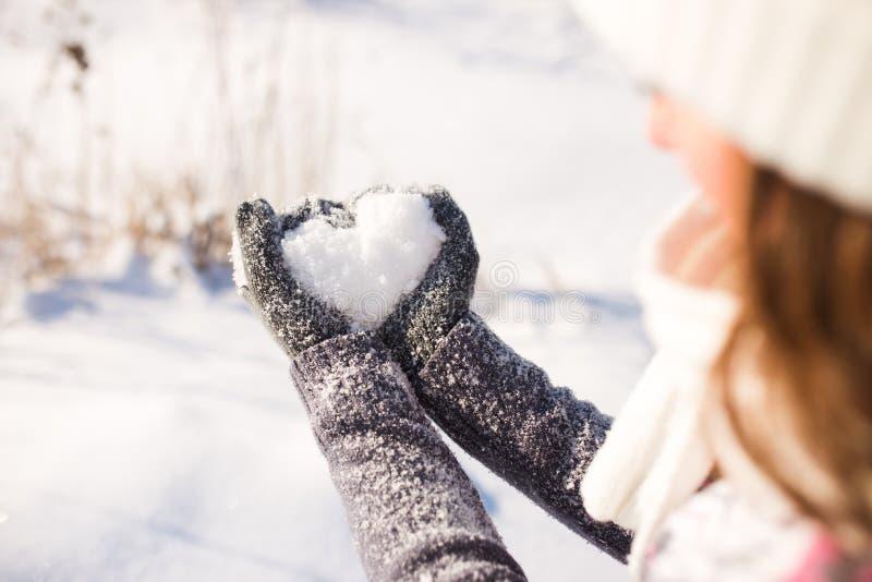 Damy rękawiczka i śniegu serce obraz royalty free