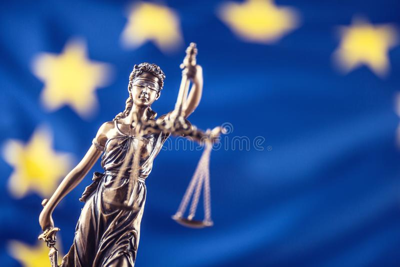 Damy sprawiedliwość i Europejska Zrzeszeniowa flaga tła pojęcie odizolowywający sprawiedliwości prawa skala symbolu biel fotografia stock