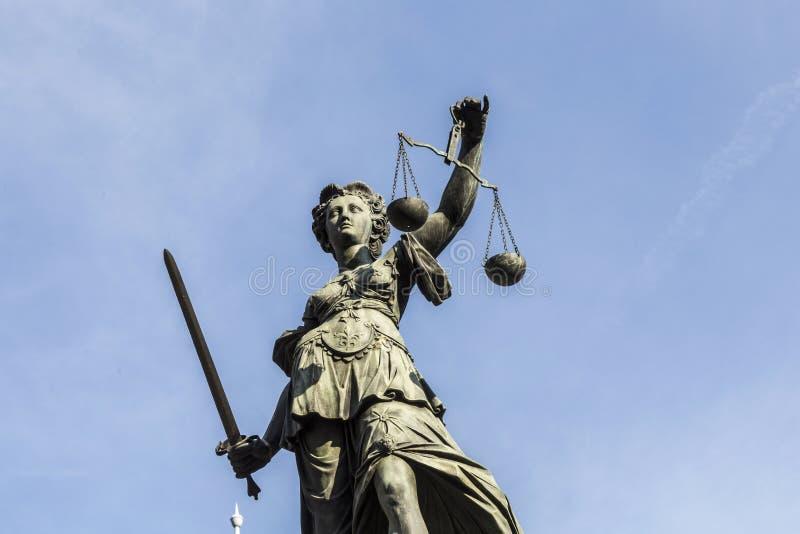 Damy sprawiedliwość pod niebieskim niebem zdjęcie stock