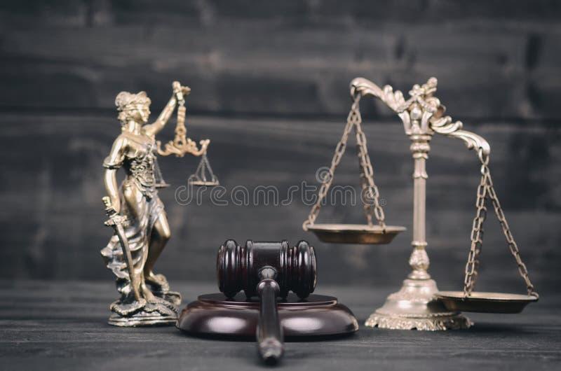 Damy sprawiedliwość, Waży sprawiedliwość i sędziego młoteczek na czarnym drewnianym tle zdjęcie royalty free