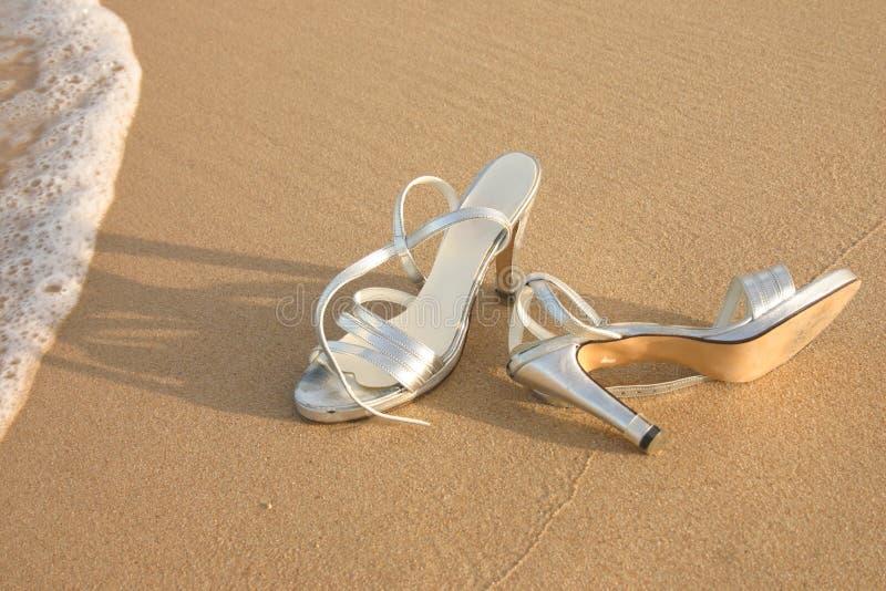 Damy srebra buty na plaży zdjęcia stock