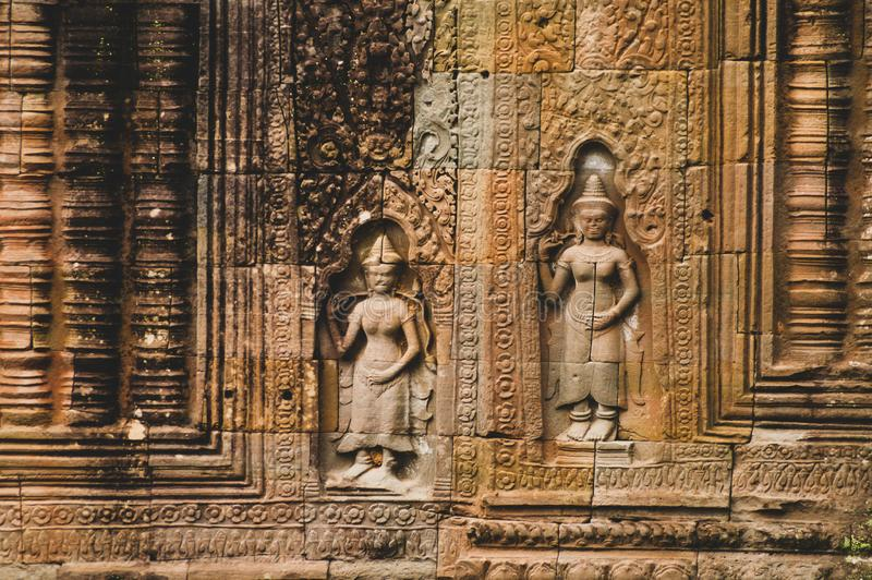 2 damy w colour portret orientacja - Bas ulgi szczegół w Angkor Wat, Siem Przeprowadza żniwa, Kambodża, Indochina, Azja - obraz stock