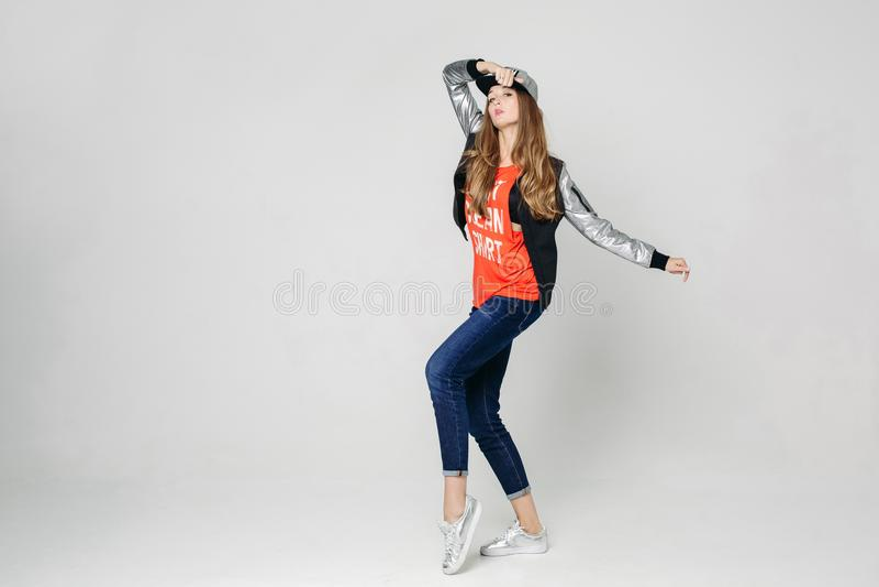 Dança à moda da moça no estúdio imagens de stock