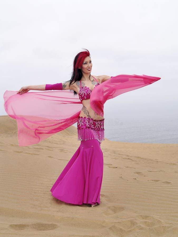 Dança árabe em dunas fotos de stock royalty free