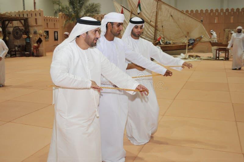 Dança árabe tradicional na exposição de Abu Dhabi International Hunting e do cavaleiro (ADIHEX) 2013 fotografia de stock royalty free