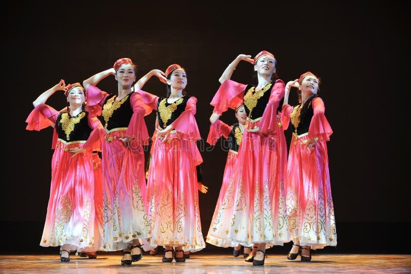Dança étnica de Xinjiang: para ajustar-se fora de seu hijab fotografia de stock
