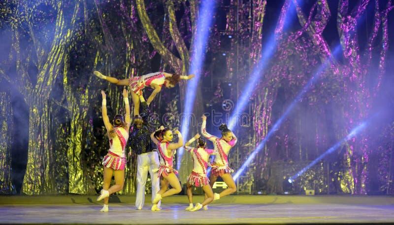 Dança acrobática fotografia de stock royalty free